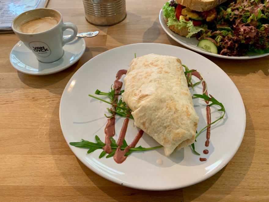 Frühstück im Café Bo Burrito Sandwich und Pancakes1