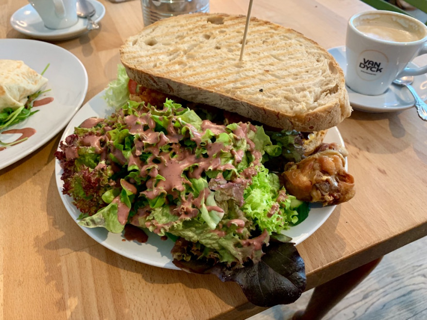 Frühstück im Café Bo Burrito Sandwich und Pancakes2