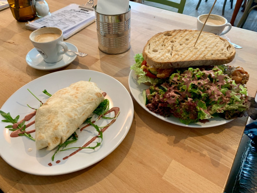 Frühstück im Café Bo Burrito Sandwich und Pancakes3